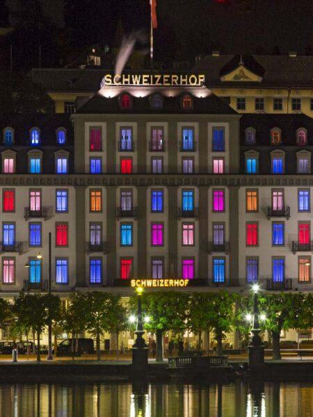 Hotel Schweizerhof Luzern mit bunte Fenster